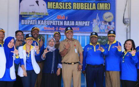 Abdul Faris Umlati, Bupati Raja Ampat dan Manuel P Urbinas, Wakil Bupati Raja Ampat saat meresmikan pencanangan Imunisasi di Waisai, Kabupaten Raja Ampat