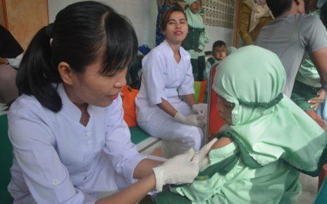 Salah satu petugas kesehtan memberikan suntikan imunisasi kepada anak usia dini