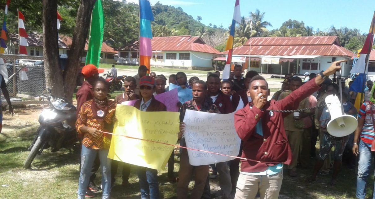 Para mahasiswa UNG Asal Tambrauw melakukan orasi di halaman kantor Dinas Pendidikan Tambrauw/(foto: Trisatrisnah)