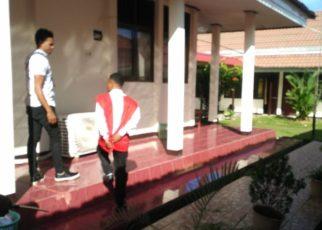 AR (rompi merah) saat digiring kembali ke ruang tahanan kejaksaan negeri sorong usai mengikuti persidangan di Pengadinal Negeri Sorong/(foto: Djunaedi)