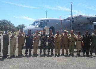 Bupati Tambrauw, Gabriel Asem beserta sejumlah SKPD dan TNI-AL berpose bersama usai melakukan uji coba penerbangan di Bandara Werur, Tambrauw/(foto: Trisatrisnah)