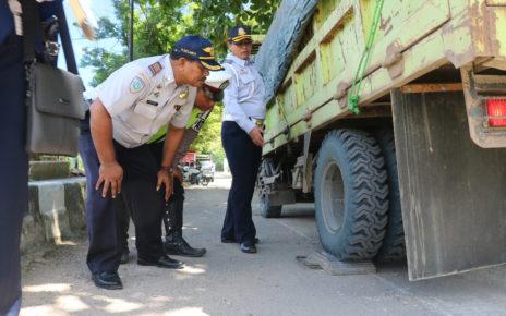 Heribertus Kurnia Eko Purnomo, Kepala Seksi Sarana dan Prasarana Transportasi Darat saat mengecek Truck pengangkut semen/(foto: Marni)