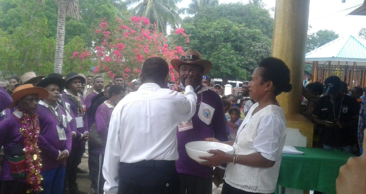 Rombongan Jemaat GKI Lahatroi Mamoribo Klasis Biak Barat saat berkunjung di Werur, Kabupaten Tambrauw/(foto: Trisatrisnah)