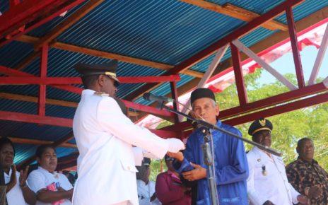 Wakil Bupati Tambrauw, Mesak Metu Sala saat memberikan bantuan uang tunai kepada Imam Masjid Quba Ambarbaken, Zainuddin/(foto: Trisatrisnah)