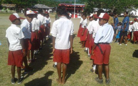 Salah satu siswa SD Inpres 03 Saukorem yang mengikuti upacara HUT NKRI ke-73 tanpa menggunakan sepatu/(foto: Trissatrisnah)