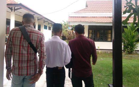 Terdakwa RM (tengah putih) didampingi kuasa hukumnya, Abdul Azis, SH (kanan baju merah) menuju sel tahanan Kejaksaan Negeri Sorong/(foto: Djunaedi)