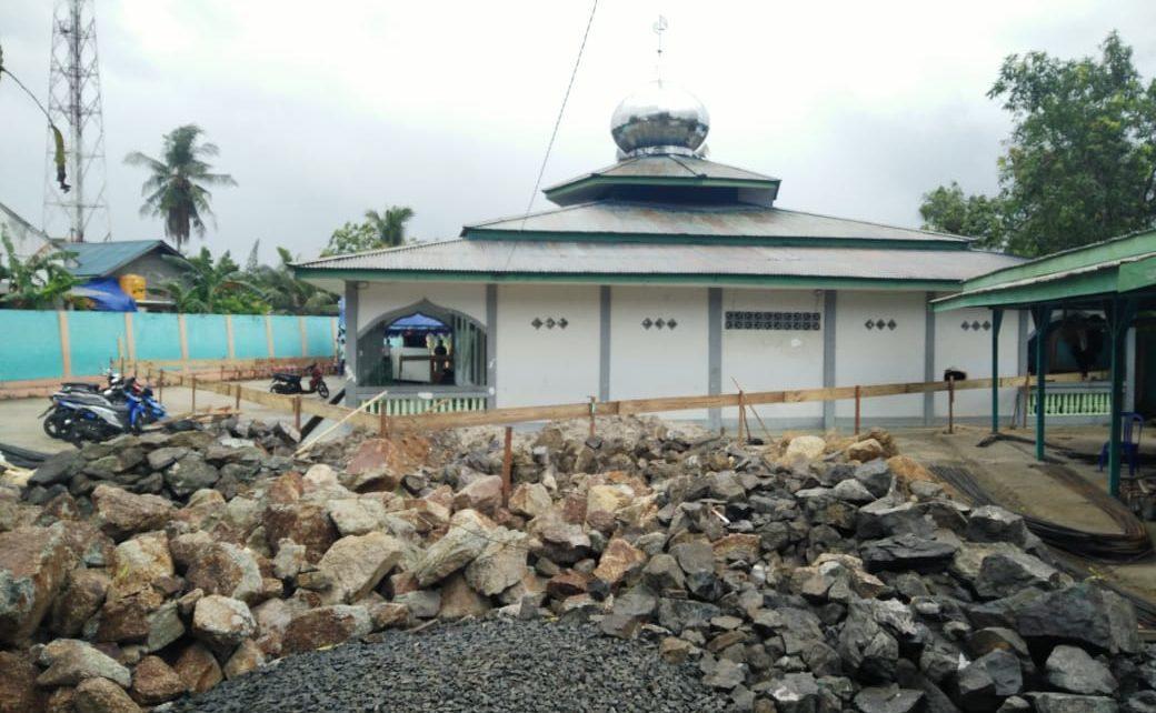 Tampak tumpukan material yang akan digunakan untuk merenovasi Masjid Al-Khurriyah di Kota Sorong/(foto: Sumarni)