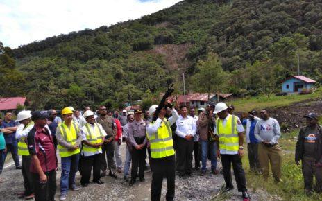 Gubernur Papua Barat, Drs Dominggus Mandacan menembak ke udara yang tanda dimulainnya pekerjaan ruas jalan utama Kabupaten Pegunungan Arfak