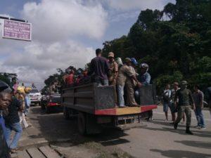 Masyarakat Adat Dijemput ke Mapolsek Bintuni menggunakan truck Polres Teluk Bintuni, Sabtu (8/9/2018)