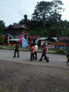 Sekelompok Warga Sipil Yang diduga Membawa Bendera Bintang Kejora di Jalan Utama Kota Bintuni,Sabtu (8/9/2018)