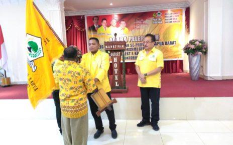 Bendahara Umum DPP Partai Golkar, Roberth Jopy Kardinal,S.AB Menyaksikan penyerahan pataka bendera partai Golkar dari Ketua DPD Golkar, Rudi Timisela kepada salah satu caleg