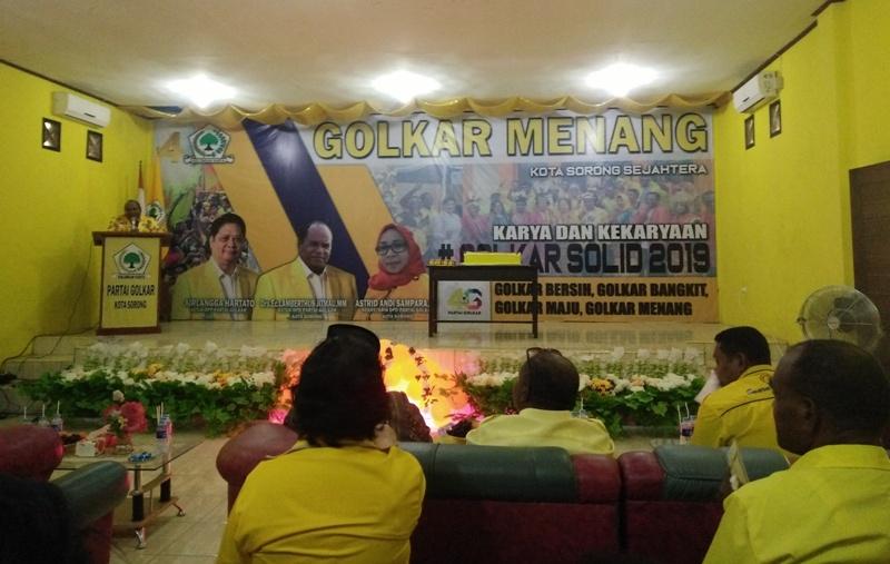 Ketua DPD Partai Golkar Kota Sorong, Lambert Jitmau saat memberikan sambutan dalam perayaan HUT ke-54 Partai Golkar.