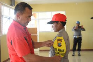 Kapolda Papua Barat, Brigjen Pol Drs Rudolf Alberth Rodja memasang Tanda Relawan Polda Papua Barat di lengan ketua tim, AKP Agustina Sineri