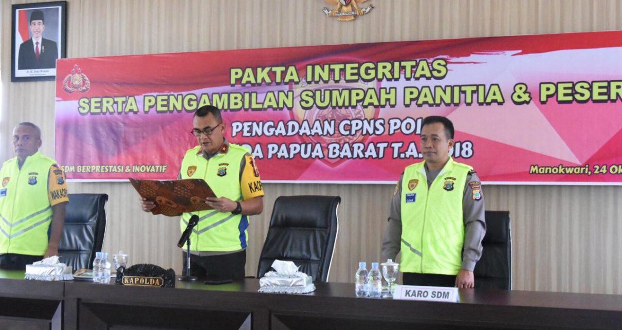Kapolda Papua Barat memimpin penandatangan pakta integritas serta pengambilan sumpah panitia dan peserta pengadaan CPNS Polri T.A. 2018 di Aula Triton Mapolda PB, Rabu (24/10/2018)