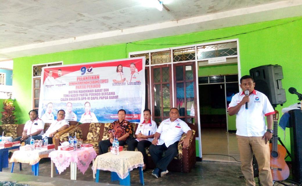 Ketua DPW Partai Perindo Papua Barat, Marinus Bonepay memperkenalkan Caleg DPR RI Dapil Papua Barat kepada masyarakat di Amban, Manokwari, Sabtu (13/10/2018)