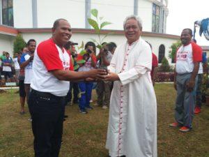 Ketua Pemuda Kei, Paskalis Renyaan menyerahkan bibit pohon kepada Uskup Manokwari-Sorong untuk ditanam