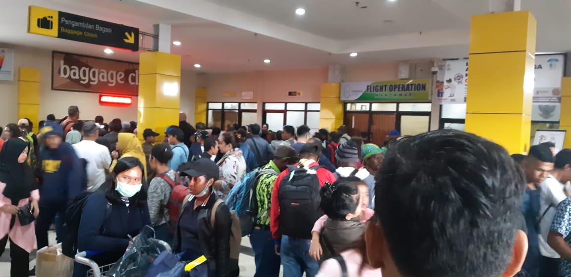 Kondisi Terminal Kedatangan Penumpang Bandara Rendani Manokwari Saat tiga Pesawat sekali Lending di Bandara Rendani, Penumpang Berdesak-desakan, Kamis (18/10/2018)