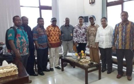 Pertemuan Direktur LP3BH Manokwari, Yan Christian Warnussy,S.H bersama MRP Papua Barat d Ruangan Ketua MRPB, Maxi Nelson Ahoren,S.E baru-baru ini