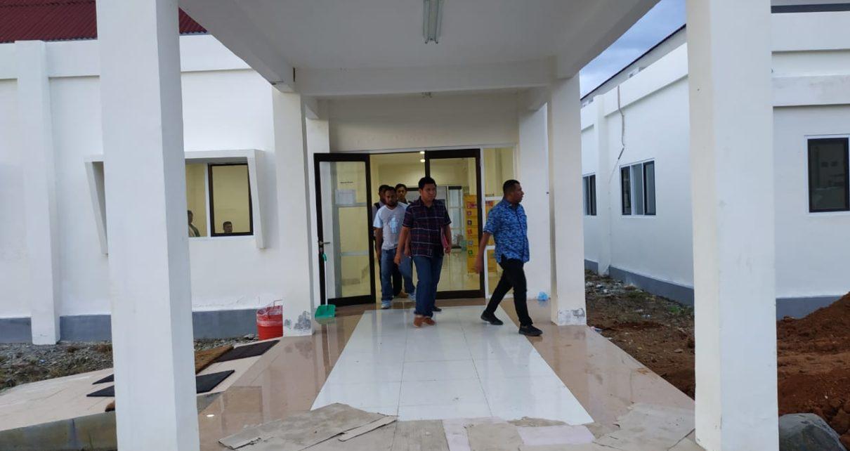 Tersangka AI diantar penyidik ke Rutan Mapolda PB Usai Menjalani Pemeriksaan Kesehatan di RS Bhayangkara Lodwiyk Mandacan, Kabupaten Manokwari, Kamis (18/10/2018)