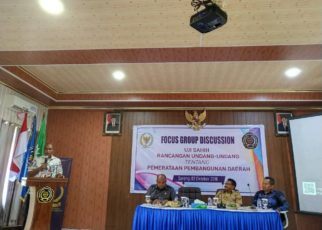 Wakil Gubernur Papua Barat, Mohammad Lakotani,S.H.,M.Si memberikan sambutan dalam kegiatan FGD Uji Sahih RUU tentang Pemerataan Pembangunan Daerah di Kampus Unimuda Sorong, Selasa (2/10/2018). (Foto : HUMAS PB)