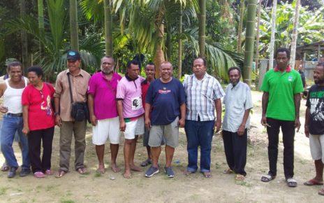 Direktur Eksekutif LP3BH Manokwari Bersama Keluarga Korban Dugaan Pelanggaran HAM Wasior Berdarah 2001 di Wasior, Sabtu (10/11/2018)