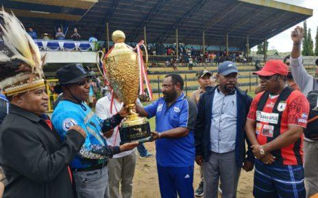 Gubernur Papua Barat, Drs Dominggus Mandacan menyerahkan piala bergilir Papua Island Cup kepada Ketua KNPI Papua Barat, Sius Dowansiba di Satdion Sanggeng Manokwari, Sabtu (17/11/2018)
