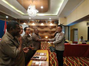 Ketua KPU Papua Barat, Amus Atkana,S.Pt.,M.M menyerahkan berita acara penetapan DPTHP2 Prrovinsi Papua Barat di Ruangan Shogun 2, Aston Niu Manokwari, Rabu (14/11/2018)