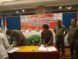 Lima Komisioner KPU Papua Barat menandatangani berita acara penetapan DPTHP2 Papua Barat