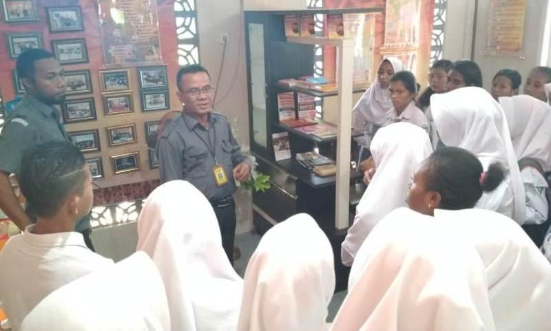 Para siswa mendapat penjelasan mengenai Pojok Pengawasan oleh Komisioner Bawaslu Kota Sorong