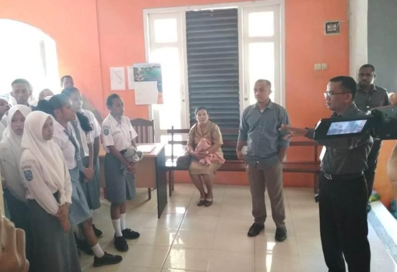 Para siswa mendapat penjelasan mengenai struktur Bawaslu Kota Sorong oleh salah satu komisioner Bawaslu.