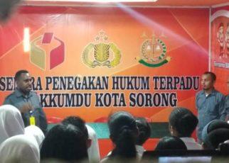 Siswa SMK Negeri 1 Sorong mendapat penjelasan tentang Gakumdu oleh Komisioner Bawaslu Kota Sorong.
