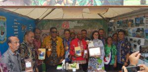 Gubernur Papua Barat, Drs Dominggus Mandacan bersama perserta pameran perkebunan di stand Papua Barat