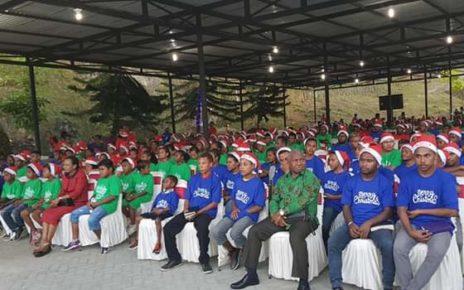 Gubernur Papua Barat, Drs Dominggus Mandacan dan Ketua TP. PKK Merayakan Natal Kasih bersama ratusan anak - anak jalanan di Rumah Negara, Kampung Susweni, Manokwari, Rabu (13/12/2018)