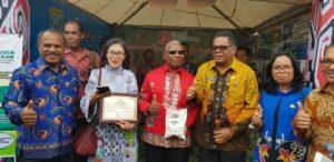 Gubernur Papua Barat, Drs Dominggus Mandacan memperkenalkan hasil olahan produksi Papua Barat