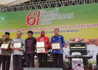 Gubernur Papua Barat,Drs Dominggus Mandacan menerima piagam penghargaan dari Dirjen Perkebunan Kementan RI, Ir Bambang, M.M di Gedung Sate, Bandung, Jawa Barat, Senin (10/12/2018)