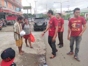 Jemaat GBI Rock Ministry Manokwari menyerahkan bantuan kepada tuna netra yang duduk dipinggir jalan