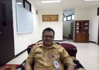 Karo Hukum Setda Papau Barat, DR Roberth Hamar,S.H.,M.H saat ditemui di ruang kerjanya, Senin (17/12/2018), Foto : Kris Tanjung