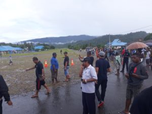 Masyarakat di Bandara Kasonaweja, Mamberamo Raya, Papua, Rabu (12/12/2018)
