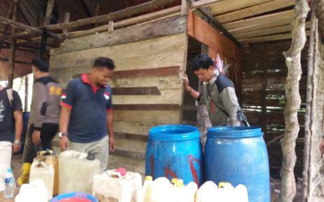 Operasi gabung timsus Polres Sorong membongkar pabrik miras di Kampung Jeflio, Distrik Mayamo, Kabupaten Sorong, Rabu (19/12/2018)/ Foto : Kris Tanjung