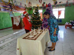 Penasehat Ikatan Perempuan Arfak Provinsi Papua Barat, Ny Yuliana Mandacan menyalakan lilin natal saat perayaan natal Ikatan Perempuan Arfak (IPA) Papua Barat di Demaisi, Pegaf, Sabtu (8/12/2018)