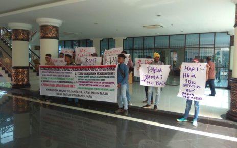 Peringati Hari HAM se-Dunia Aliansi Masyarakat Peduli Pembangunan (AMPP) Provinsi Papua Barat menggelar aksi demo damai di Kantor Gubenrur PB, Senin (10/12/2018)