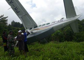 Pesawat Alfa Trans PK - ASE saat tergelincir di bandara Kasonaweja, Mamberamo Raya, Papua, Rabu (12/12/2018)