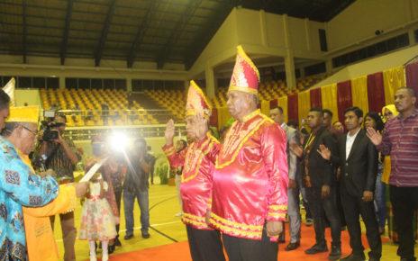 Raja Fer Drs. Abdul Hamid Rahayaan, didampingi Raja Maur Leopold Rahail, mengukuhkan Badan Pengurus IK Maskei Provinsi Papua Periode 2018-2023 di GOR Waringin, Kota Jayapura, Sabtu (8/12/2018)