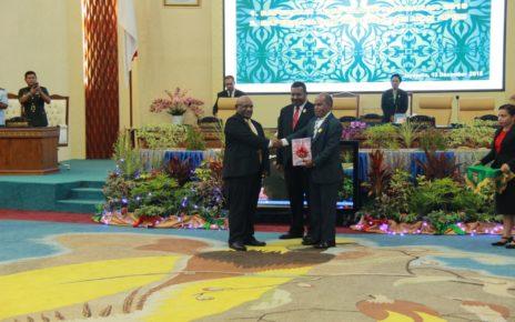 Wagub Papua, Klemen Tinal menyerahkan materi APBD 2019 kepada Ketua DPRP, Yunus Wonda di ruang sidang DPRP, Kamis (13/12/2018) malam.