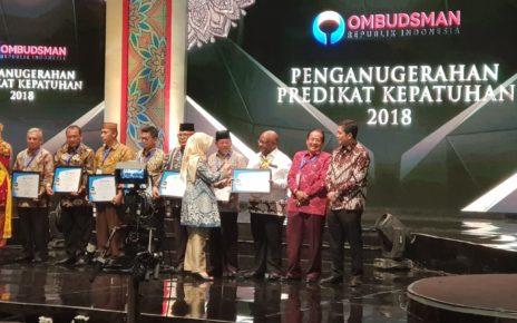 Wakil Gubernur Papua, Klemen Tinal, SE.,MM menerima penghargaan predikat kepatuhan ORI di LPP TVRI Pusat, Jakarta, Senin (10/12/2018).
