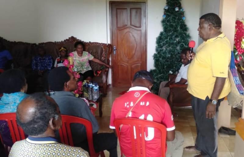 Matheos Basna saat melakukan pertemuan dengan masyarakat/ foto: Ones Semunya
