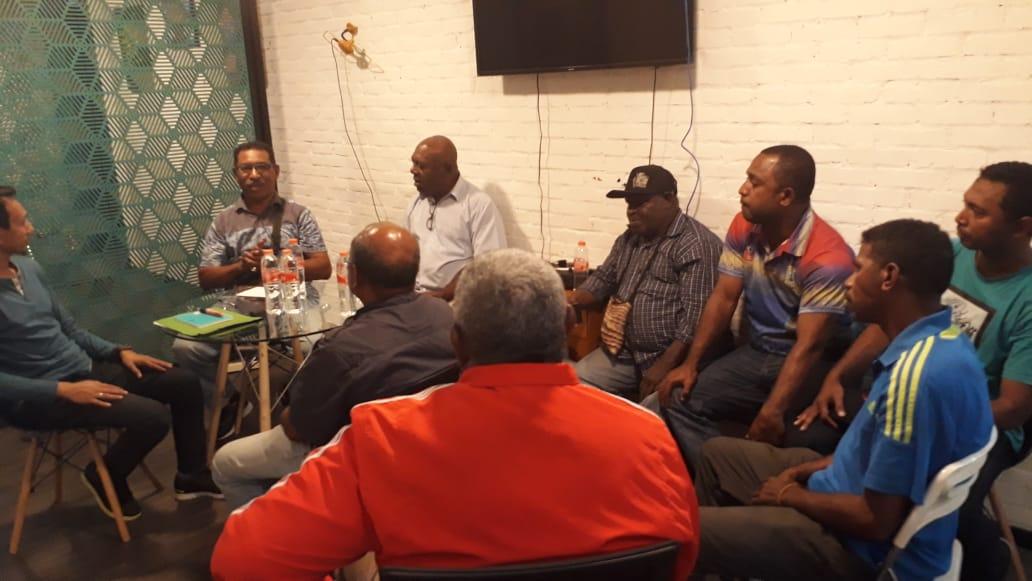 Para Voters PSSI Papua Barat menggelar rapat guna membahas kevakuman ASPROV PSSI PB / [foto Kris-SR]