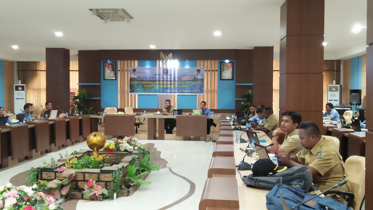PPK dan Pokja pada OPD Pemkab Raja Ampat saat mengikuti Pelatihan Penggunaan Aplikasi 'SIPENYU' dari UKPBJ Setda Raja Ampat di Aula Wayag, Kantor Bupati Raja Ampat. [foto-SR/David]