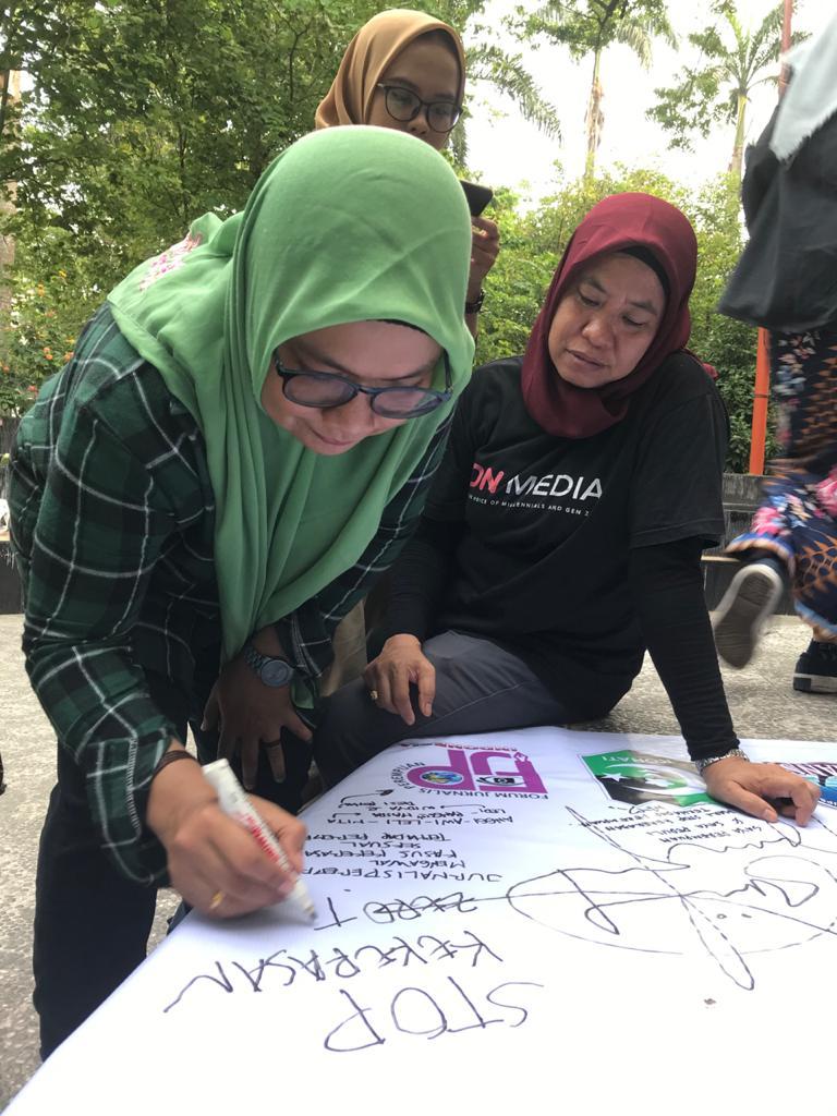 Penandatanganan dukungan STOP Kekerasan Terhadap Perempuan. [foto: red-sr]