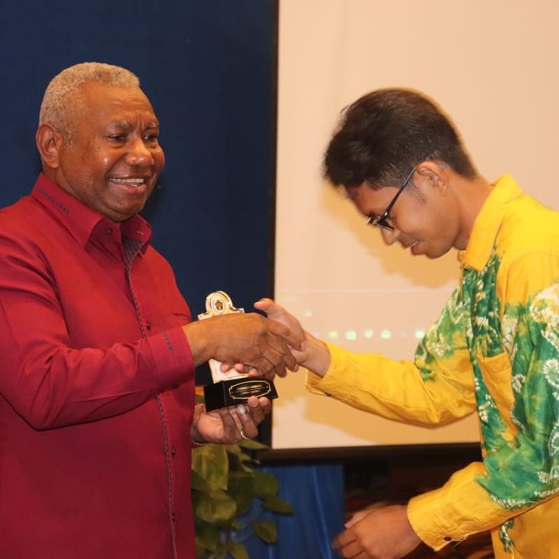 Bustam, Ketua PWI Papua Barat (batik kuning) saat memberikan PWI Award tahun 2020 kepada Gubernur Papua Barat, Dominggus Mandacan